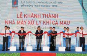 Bà Nguyễn Thị Kim Ngân - Chủ tịch Quốc hội và các đại biểu cắt băng khánh thành nhà máy